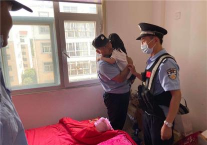 6岁女童爬上四楼空调外机水泥板 众人合力将其救下