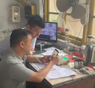 平邑县委办公室到联系小区开展水管道改造志愿服务活动