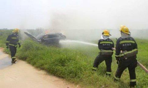 价值82万轿车着火 消防员迅速扑灭