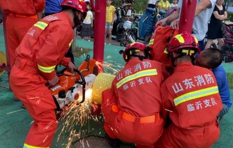 临沂3岁女童腿卡健身器材,消防员紧急破拆助脱困