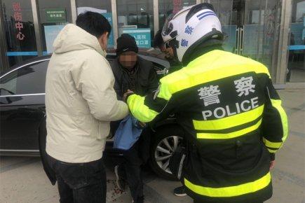 男子断指情况紧急 交警争分夺秒火速送医