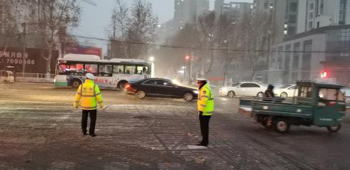 以雪为令交警提前到岗,确保道路交通秩序良好