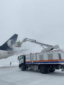 临沂机场全力除雪保障航班正常运行