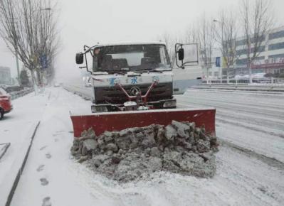 """241条道路出现严重积雪 我市城管部门吹响除雪铲冰""""�"""