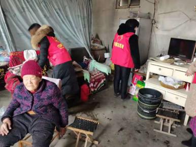 平邑县卞桥镇南安靖村巾帼志愿者开展走访困难群众志愿服务活动