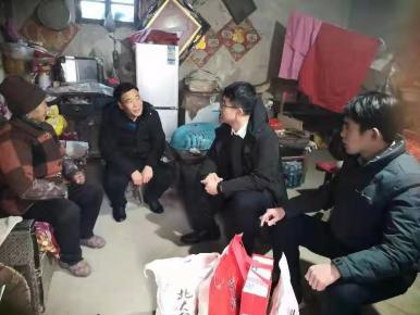 平邑县卞桥镇尹家村省派第一书记、网格员走访慰问困难群众
