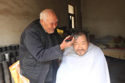 """耄耋老兵""""燃""""余热  郯城89岁理发师张守志:只要身体行"""