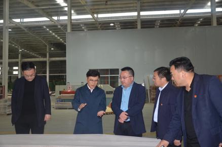 临沂木业协会会长宋刚一行到平邑县卞桥高端木业家居产业园考�