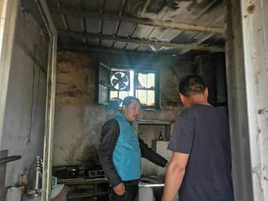 平邑县卞桥镇:村居日常巡防遇火情 网格员及时处置显担当