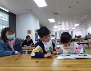 五一假期第一天,图书馆掀起了阅读学习热潮
