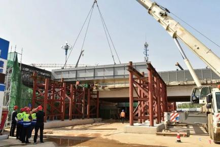 临沂市北京路沂河大桥首架钢箱梁开始起吊