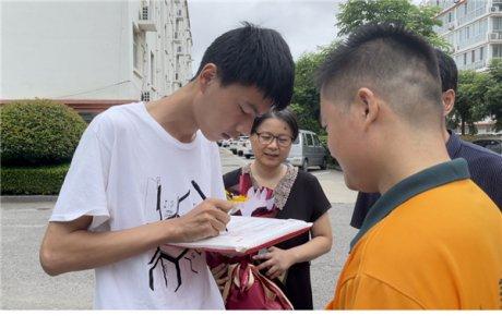 准大学生请签收!临沂城区2021年首封大学录取通知书送�