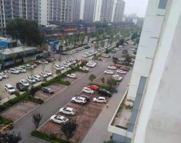 河东一小区沿街停车场收费引争议 律师:归属权是关键 要看